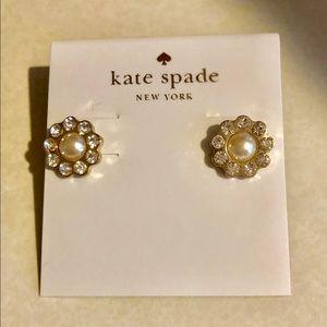 KATE SPADE GOLD PEARL FLOWER DESIGNER STUD EARRING